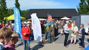 en massa människor som besöker potatisfestivalen i nagu.