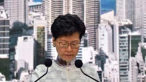 Hongkongs regeringschef Carrie Lam höll en presskonferens i lördags där hon meddelade att utlämningslagen läggs på hyllan.