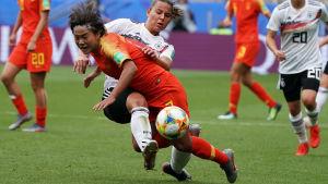 Tysklands Lena Oberdorf stoppar Wang Shuang i gruppspelet.