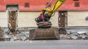 Grävmaskin gräver upp sockel