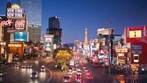 Glittrande stadsvy i Las Vegas på kvällen.