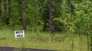 En skylt som visar att en tomt är såld.