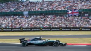 Lewis Hamilton kör förbi en välfylld läktare.