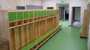 Gröna skåp för barnens saker i daghemmet Karusellen.