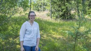 Erika Englund stor i en skogskant