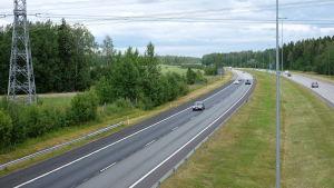 Bilar kör på en motorväg.