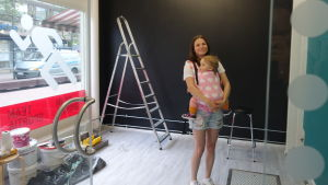 Sole Garghentino-Nygård med sin ettåriga dotter Lila i lokalen som nu renoveras och ska bli matsvinnsbank.