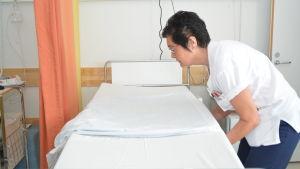 Susanne Enholm bäddar en säng på bäddvadelningen i Hangö.