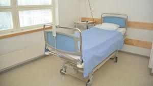 En säng i ett rum på en bäddavdelning.