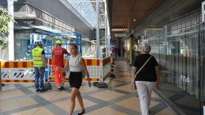 Inne i Forum går personer på den bit av korridoren som inte är avspärrad.