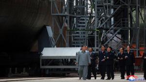 Statliga nordkoreanska medier visade på tisdagen bilder på Kim Jong-un då han inspekterade en ubåtsfabrik och en ny ubåtsmodell.