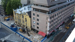 En grävskopa framför hotellet Hamburger Börs som rivs.