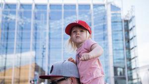 Lapsi isänsä hartioilla seuraa Pikku Kakkosen esitystä.