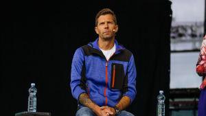 Janne Ahonen istuu Pointin lavalla.