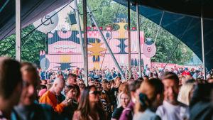 Flow-festivaaleilta yleisökuvaa teltasta.