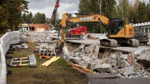 En grävmaskin vid byggarbetsplatsen vid Norrtäljevägen i Åggelby, Helsingfors.