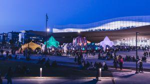 Människor och festivaltält framför centrumbiblioteket Ode på Konstens natt 2019.