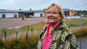 Merja Laaksonen vid de tillfälliga skolbarackerna i Sjundeå, näst intill Aleksis Kiven koulu och bakom kommunhuset.