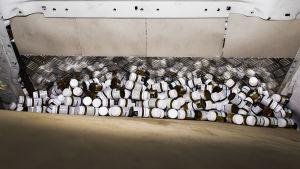 Rivotril-burkar i en skåpbil. Helsingforspolisen hittade 300 000 tabletter i maj 2019.