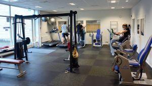 Ett rum med motionsmaskiner.