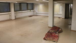 Tomt rum med smutsigt golv.