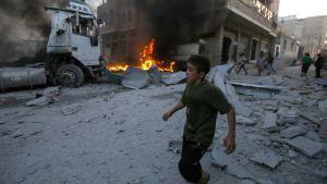 Pojke efter syriska regeringsstyrkors flygräder i området Maaret al-Numan 28.8.2019