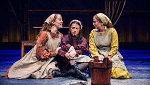 Scen ur Spelman på taket med de tre systrarna Tzeitel, Hodel och Chava. På Wasa teater.