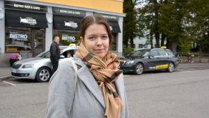 Kvinna framför Grand i Borgå.