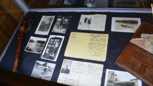 En vitrin med föremål som tillhörde spritsmugglaren Hjalmar Mäkelä. I vitrinen finns bland annat hans plånbok, pass och spritkort.