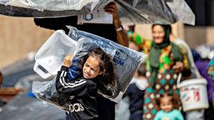 Ras al-Ainista paenneet syyrialaiset saivat humanitaarista apua Tal Tamrin kaupungissa lauantaina 12. lokakuuta 2019.