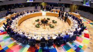 Eu-toppmöte. Politiker sitter vid ett cirkelformat bord.