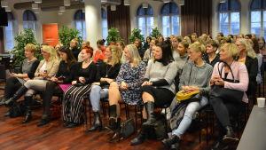 Publik bestående av kvinnor.