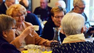 Äldre Bromarvbor på bjudning.