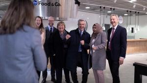 Yhdistyneiden kansakuntien pakolaisjärjestö UNHCR:n pääsihteeri Filippo Grandi (rivissä neljäs vasemmalta) poseeraa valokuvaajalle Pohjois-Euroopan delekaation kanssa, Kravattitehdas-ravintola, Helsinki, 24.10.2019.