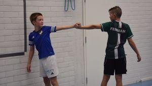 Nikolaj Fortsen och Oskar Svan stretchar.