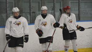 Tre spelare står på rad