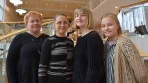 Pietarsaaren  Lukios rektor Minna Vanhamäki, svensklärare Tytti Lehtola och eleverna Roosa Ylihampa och Eevi Kirsilä.