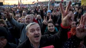 Människor demonstrerar i Prag.