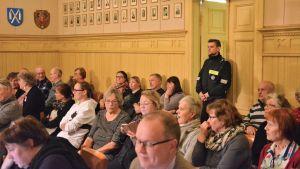 Åhörare och väktare vid fusionsomröstningen i Kaskö.