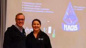 En man och en kvinna framför en dataskärm.