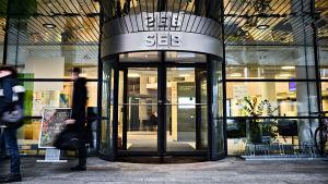 Ihmiset kävelevät SEB-pankin Viron pääkonttorin ohi Tallinnassa.