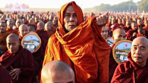Kymmeniätuhansia munkkeja kokoontui massatapahtumaan Myanmarissa.