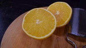 Puolitettu appelsiini leikkuulaudalla