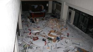 Skräp på golvet i en hall.