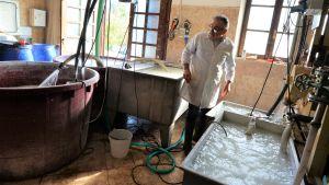 Luigi Mecella övervakar bassängerna där pappersmassan blandas. Vatten är en fundamental ingrediens.