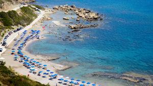 Bild av parasoll och vilstolar på en strand i Rhodos, Grekland