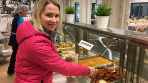 Malena Lutz köper gärna av den överblivna maten i Källhagens skola och Virkby gymnasim i Lojo. För 2 euro får man en plastask fylld med valfri mat från buffébordet.
