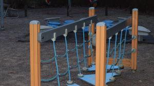 En klätterställning i en lekpark, Mera som en hängbro, men på marken. Inga barn