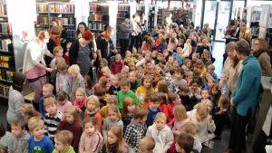 Barnjuryn i Borgå stadsbibliotek 06.02.20 i samband med Runeberg-junior prisutdelningen.