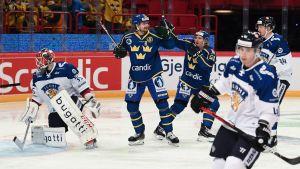 Två svenska spelare jublar, finländska spelare deppar.
